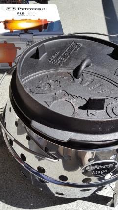Zusammen mit dem Grill Atago kommt der Feuertopf voll zur Geltung. Kochen, backen oder braten - alles kein Thema mit dem Gusseisenwunder aus dem Hause Petromax.